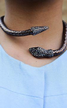 Чокер на шею: с чем носить это стильное украшение