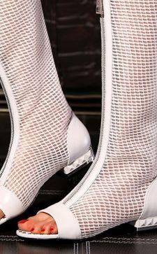 С чем носить модные летние сапоги в 2017 году