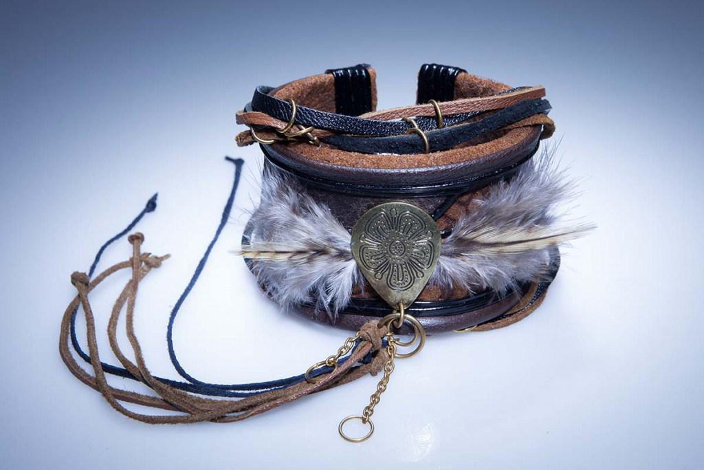 Кожаный браслет с перьями