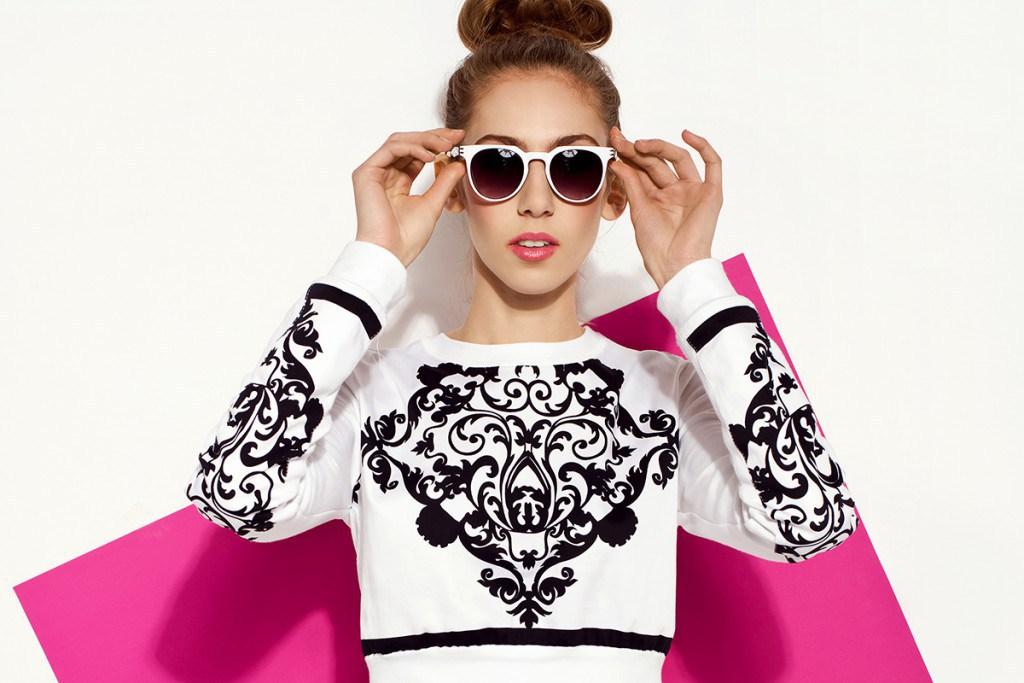 Девушка в свитшоте и очках