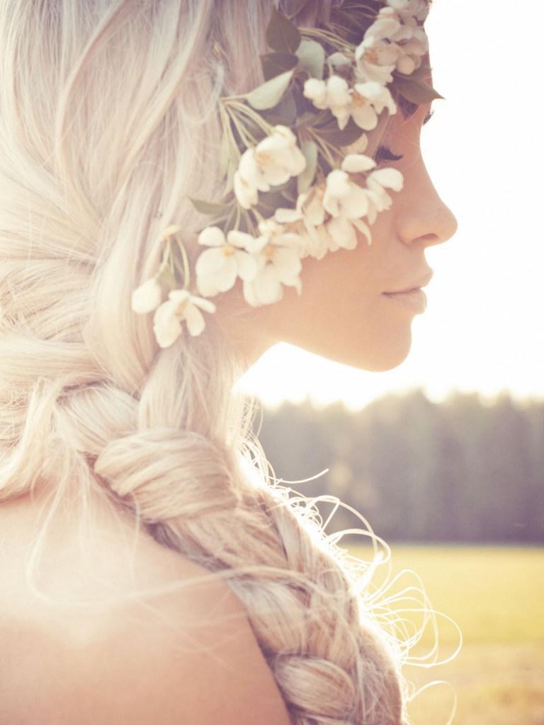 Свадебная прическа с косой и цветами