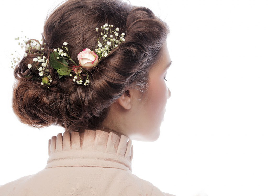 Прическа жгуты с цветами