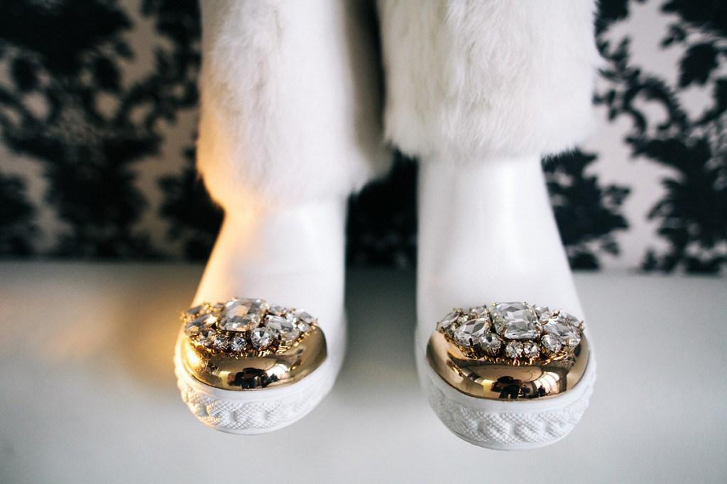 Белые ботинки со стразами