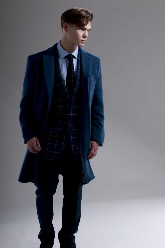 Темно-синее мужское пальто