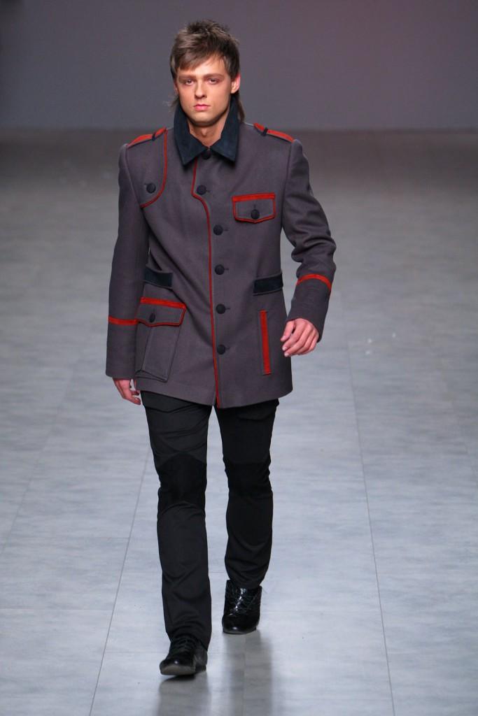 Пальто в военном стиле