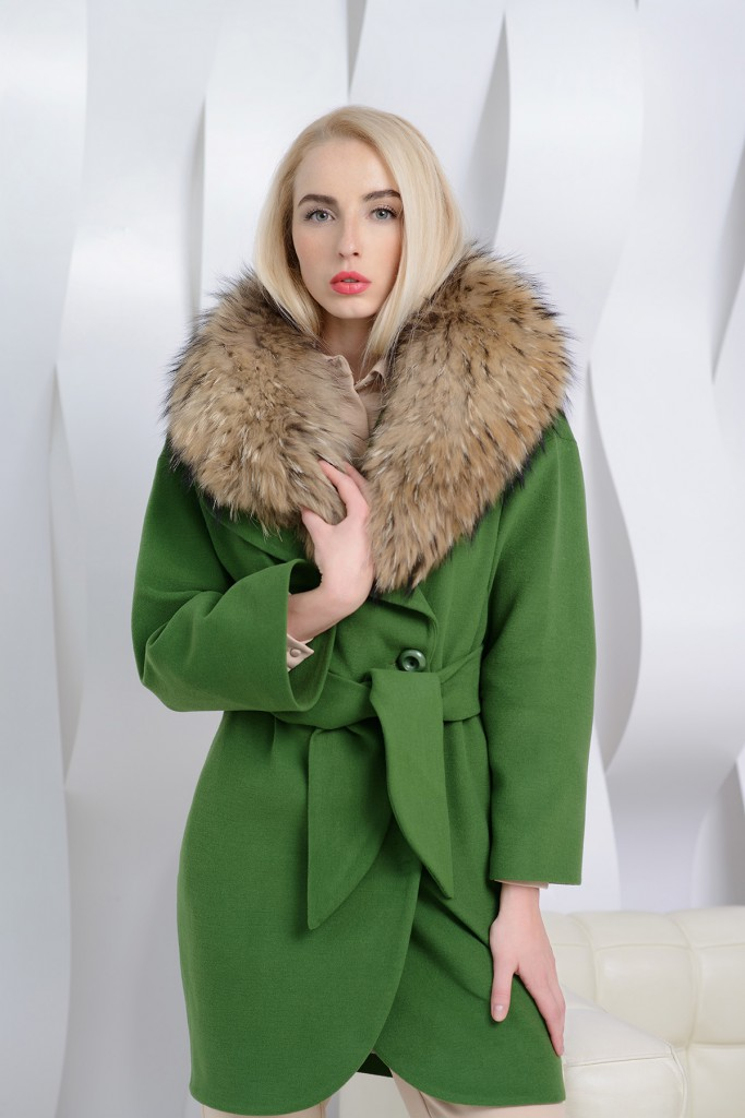 Зеленое пальто с меховым воротом