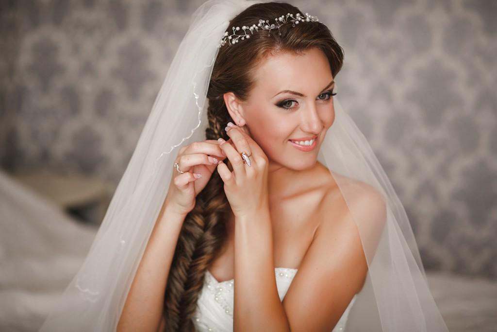 Прическа невесты с косой и фатой