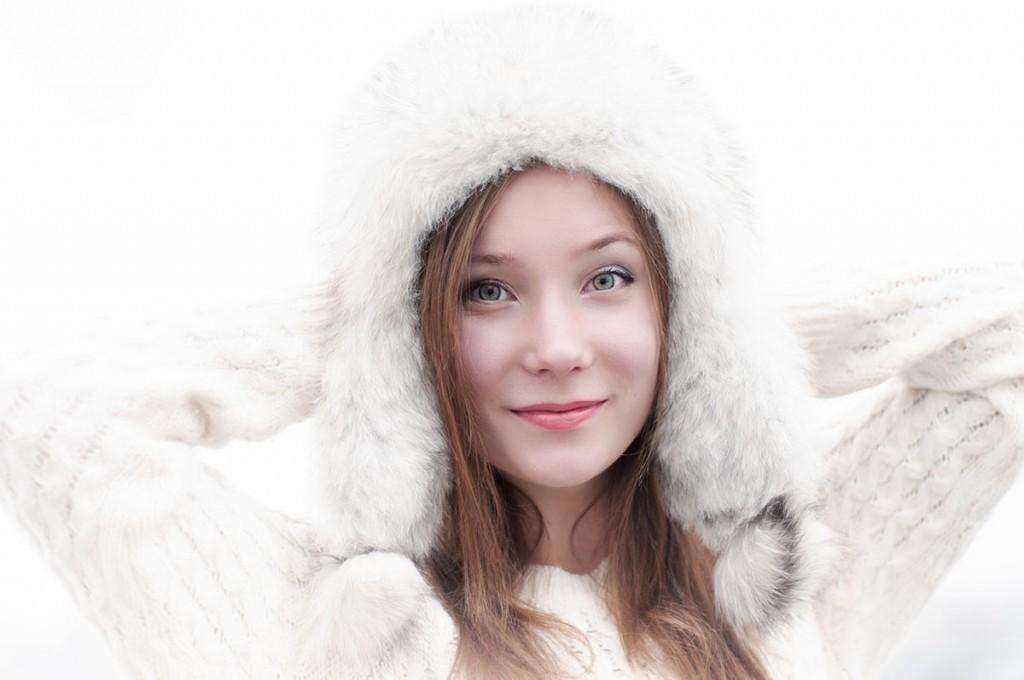 Белая шапка из меха