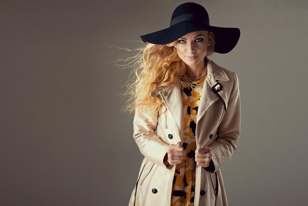 Черная шляпа с бежевым пальто