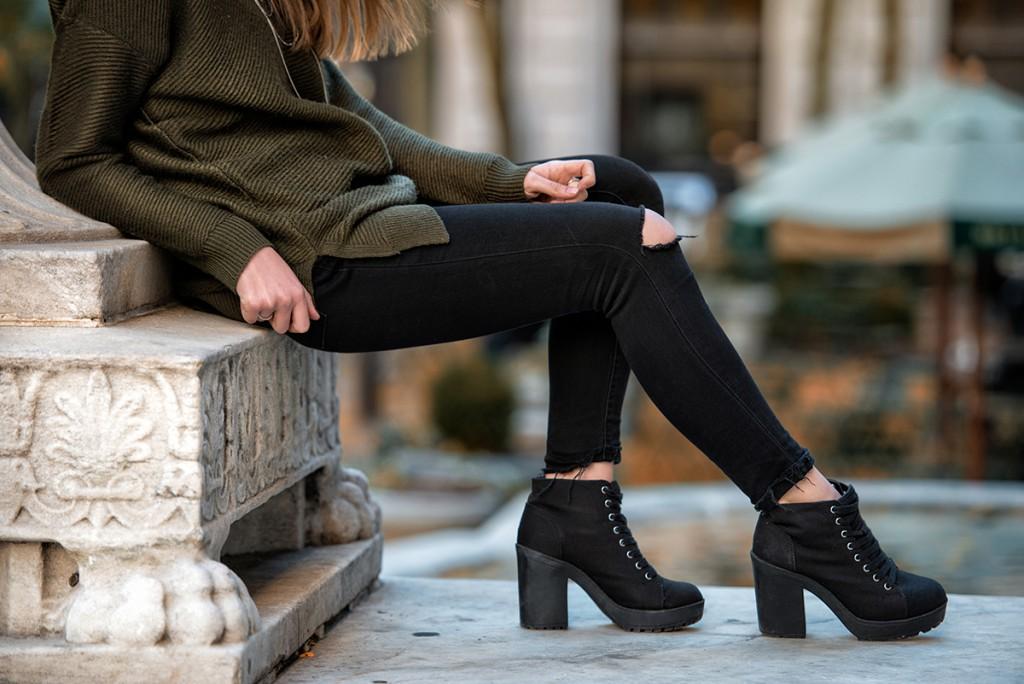 Стильные черные брюки с разрезами