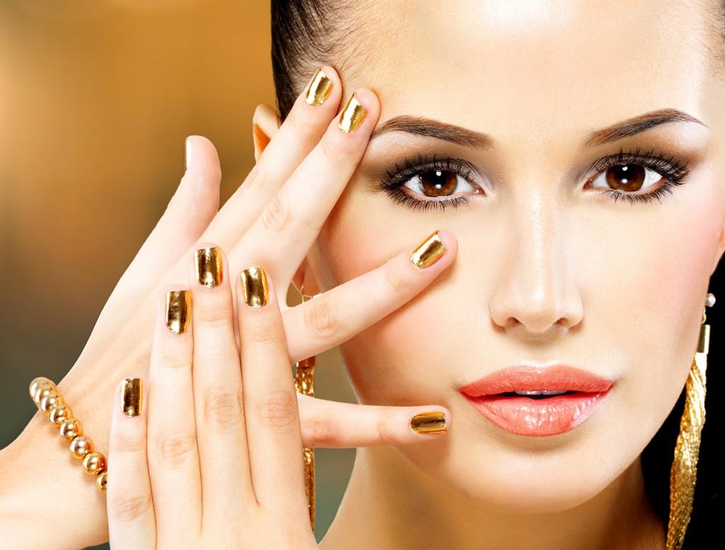 Девушка с золотым маникюром
