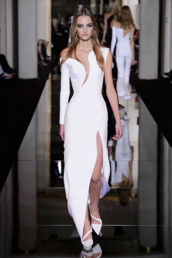 Белое ассиметричное платье Versace