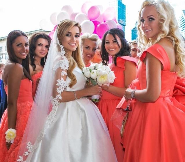Красные платья подружек невесты
