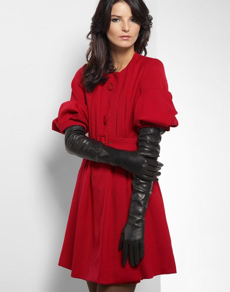 Перчатки до локтя с красным пальто