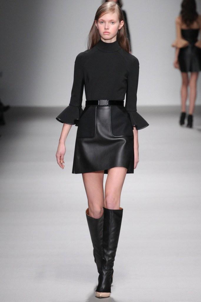 Черные свободные сапоги с платьем