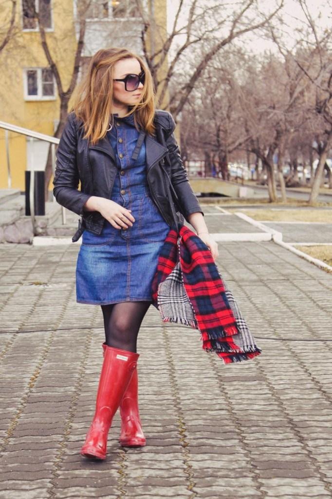 Красные резиновые сапоги с платьем