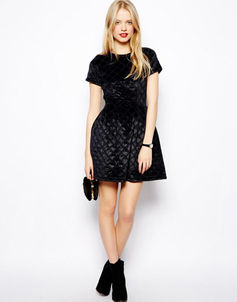 Приталенное черное бархатное платье