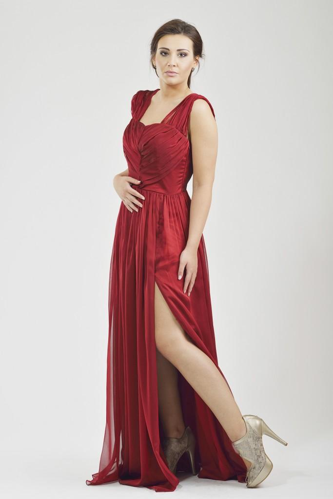 Красное платье с серебристыми туфлями