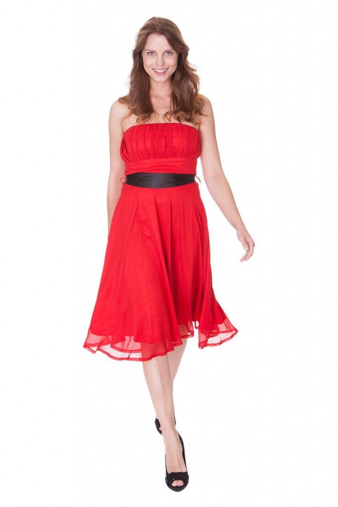 Красное кружевное платье с черными туфлями с открытым носком