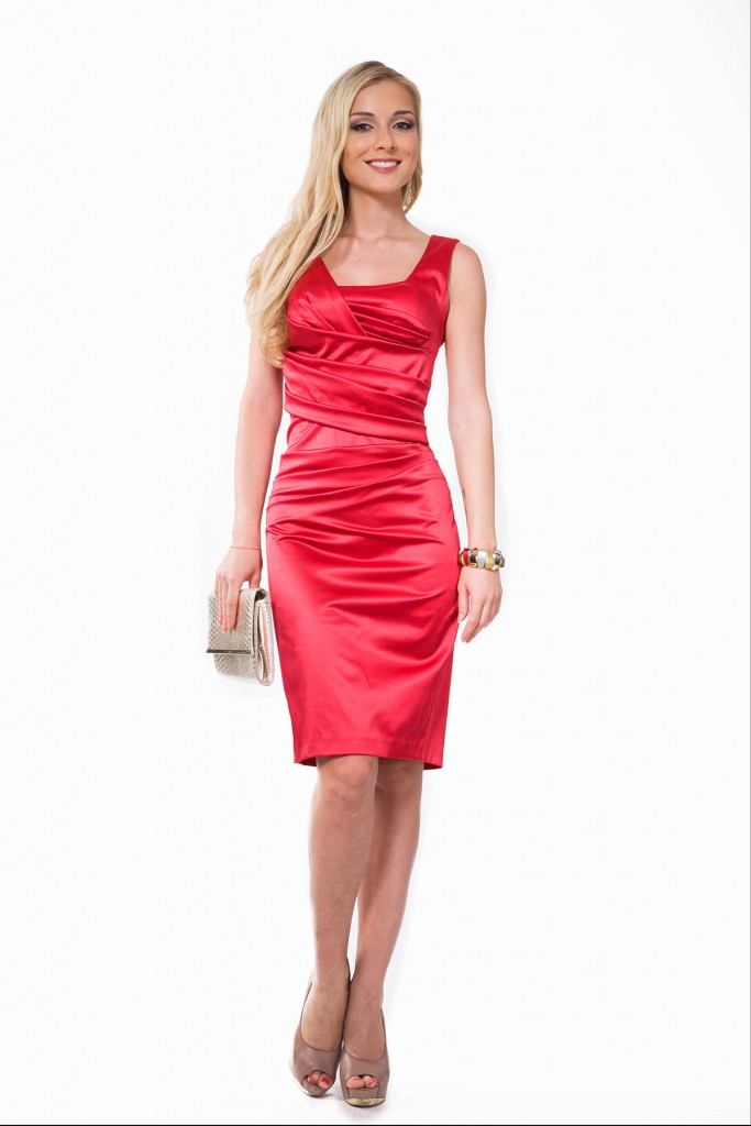 Красное платье с коричневыми туфлями