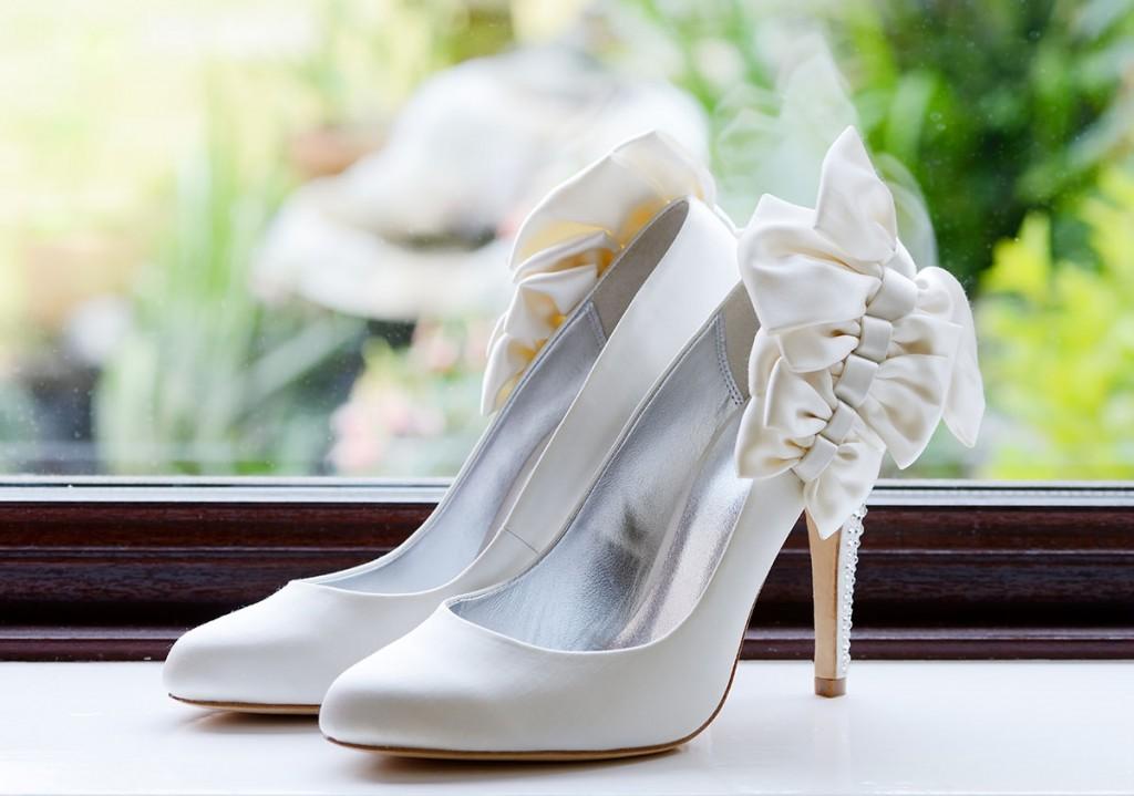 Белые свадебные туфли с бантами