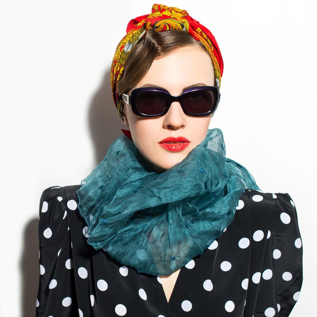 Красиво завязанный на голове платок