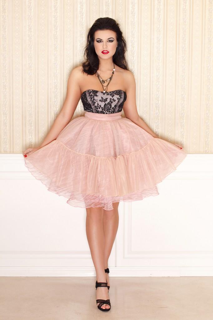 Фатиновая юбка с черными босоножками