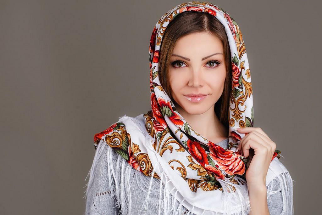 Красивый платок с народными узорами