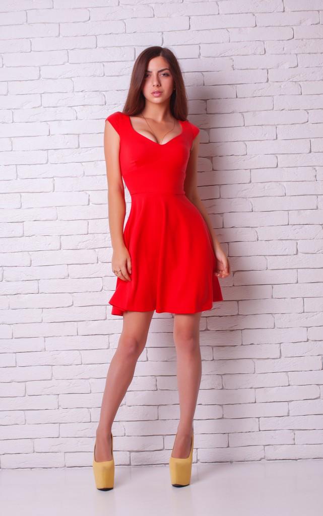 Красное платье с желтыми туфлями