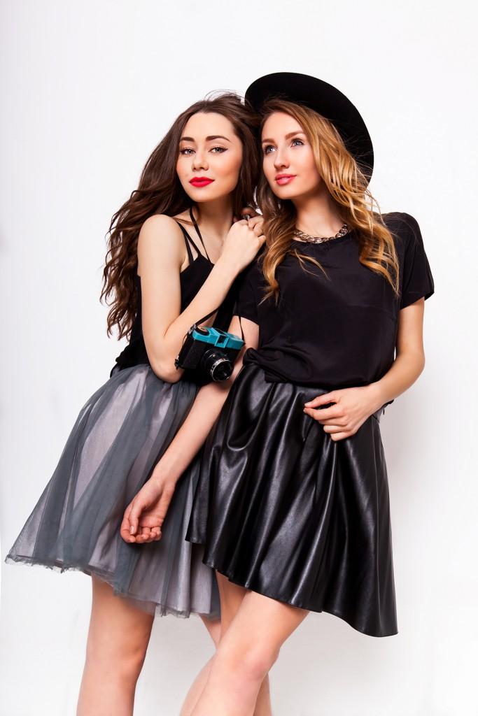 Кожаная юбка с черной кофтой