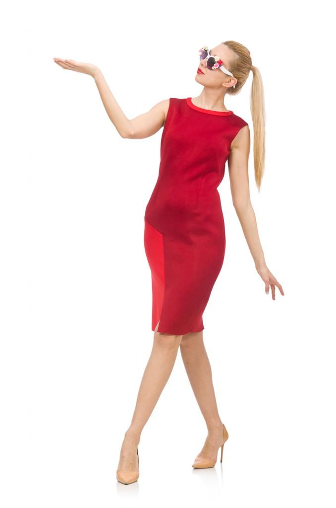 Красное платье с кремовыми туфлями