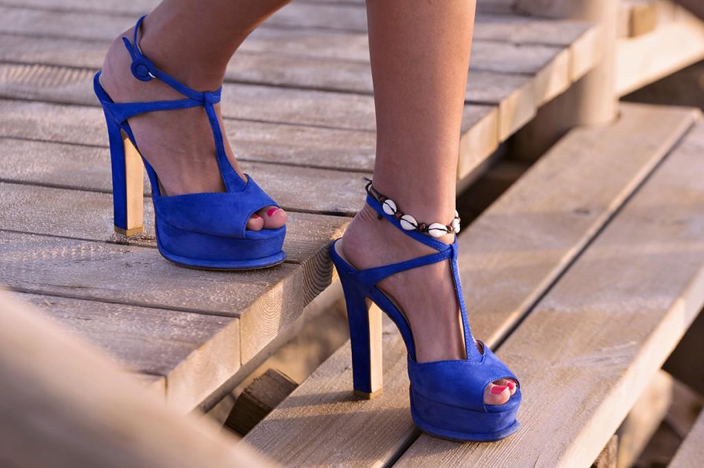 Стильные синие босоножки на каблуке