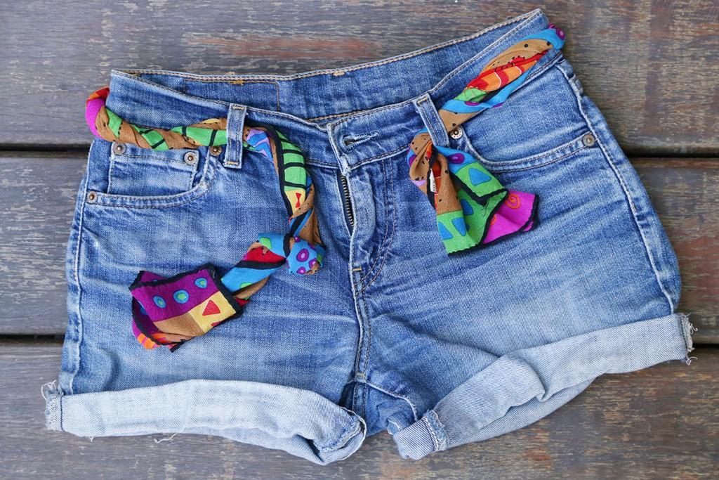 Джинсовые шорты с ярким поясом