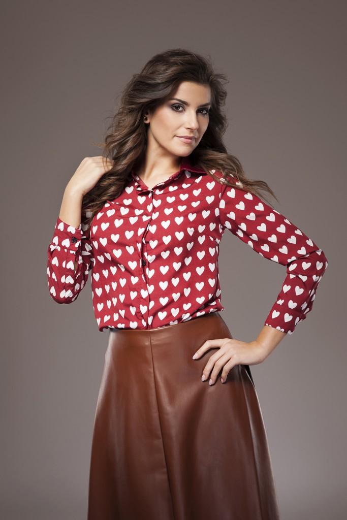 Коричневая кожаная юбка с рубашкой