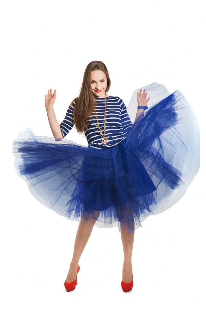 Синяя фатиновая юбка с красными туфлями