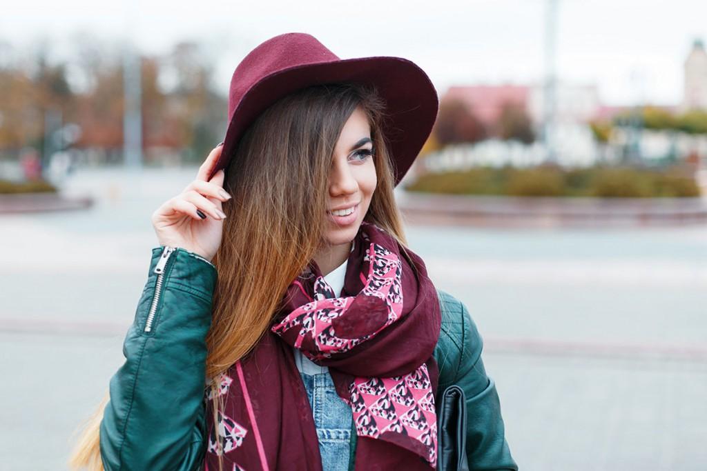 Яркий шарф со шляпой