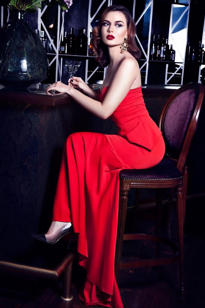 Красное вечернее платье с прозрачными туфлями