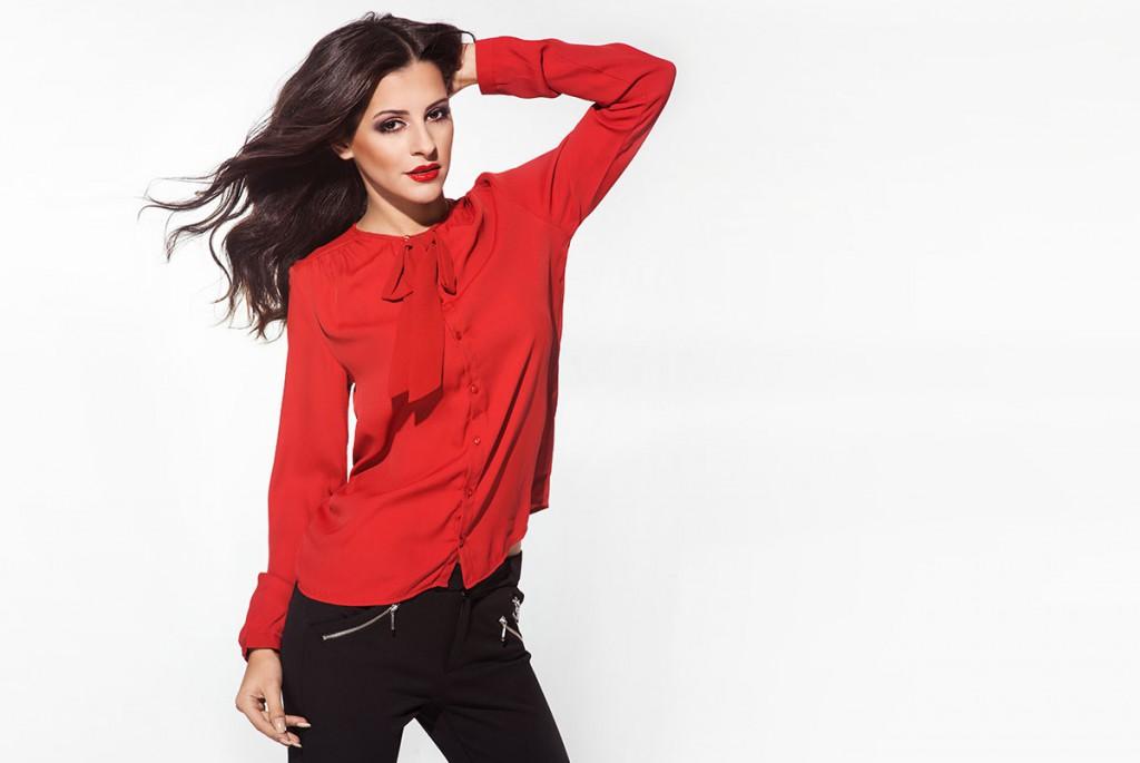 Красная блуза с длинным рукавом с черными брюками