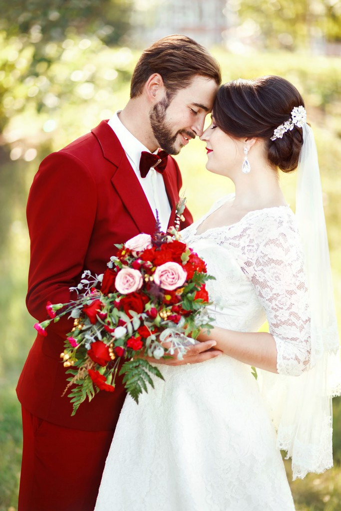 Красный костюм жениха на свадьбу