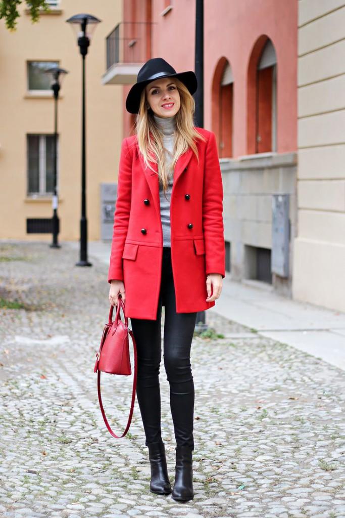 Красное пальто с брюками, водолазкой и шляпкой