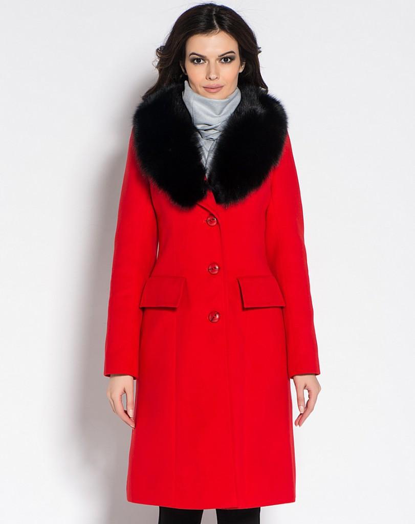 Зимнее пальто красного цвета с мехом