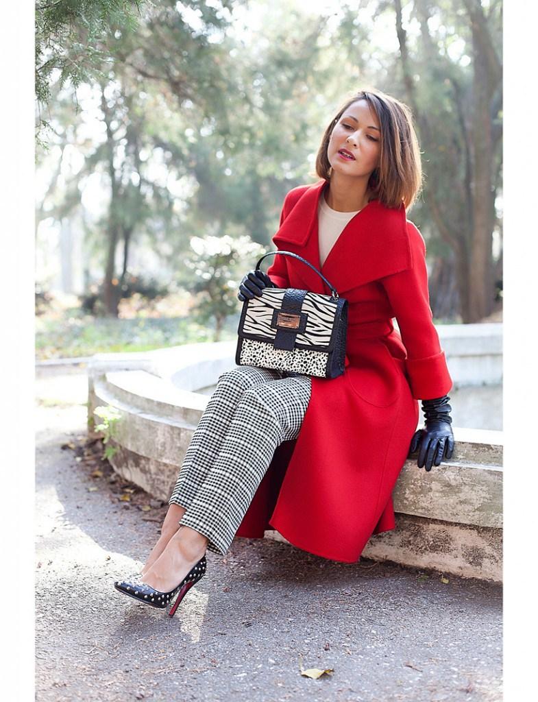 Красное пальто с перчатками
