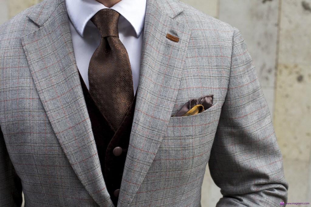 Красиво завязанный коричневый галстук