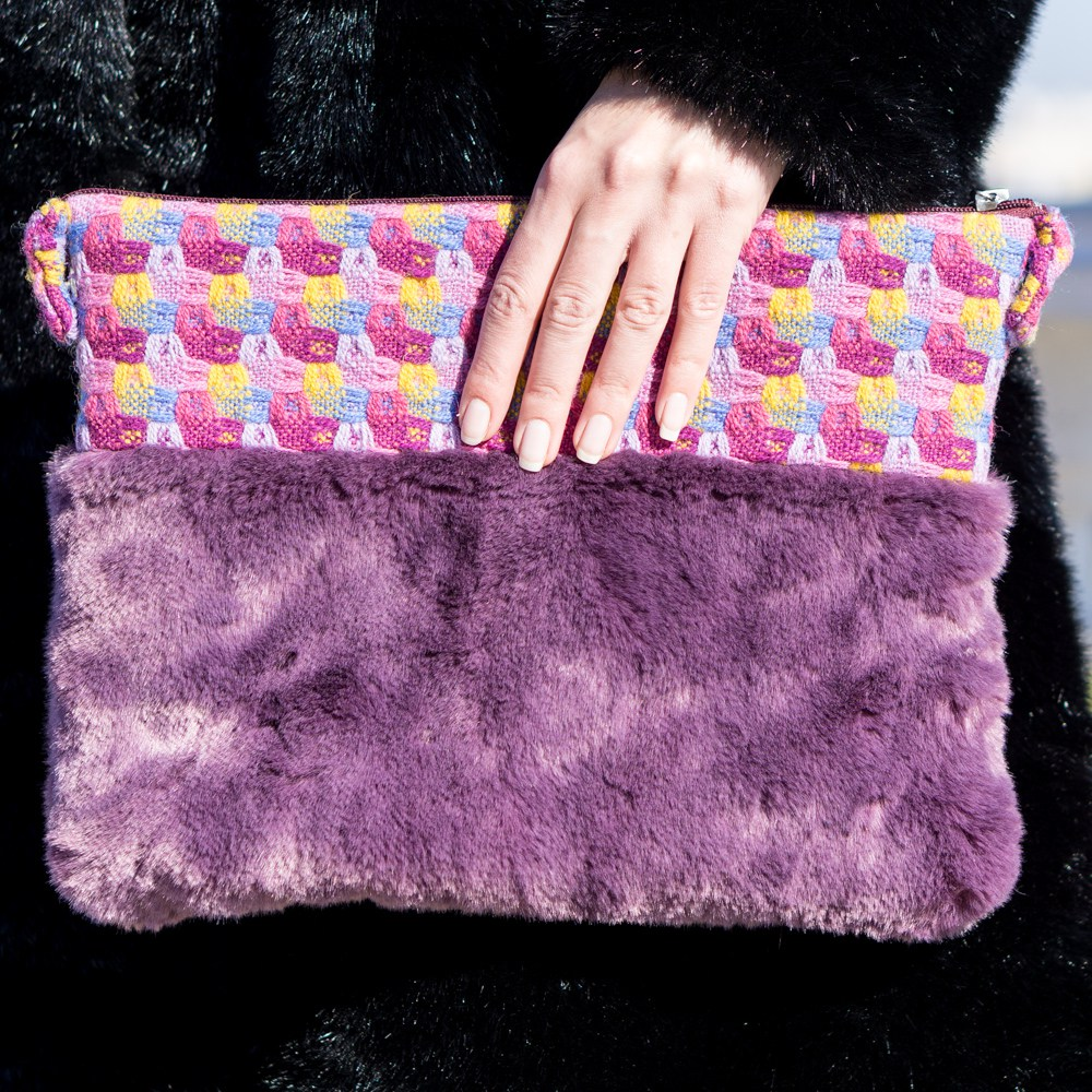 Яркая сумка с фиолетовым мехом