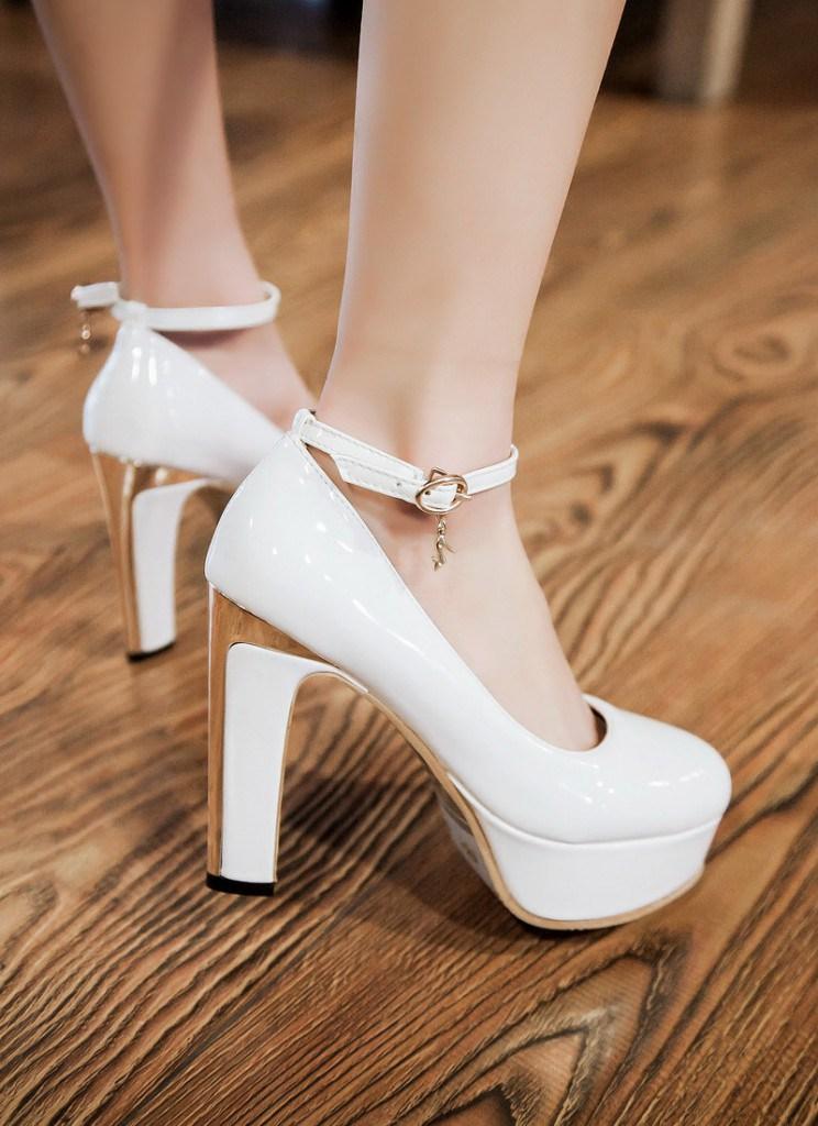 Белые туфли с ремешками на устойчивом каблуке