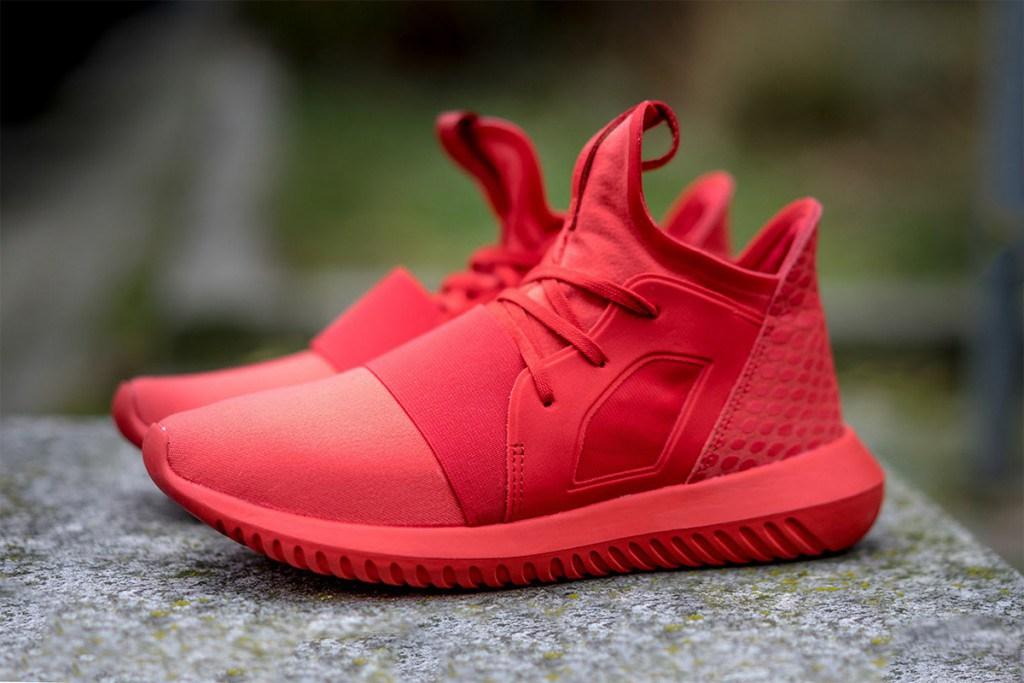Стильные красные кроссовки