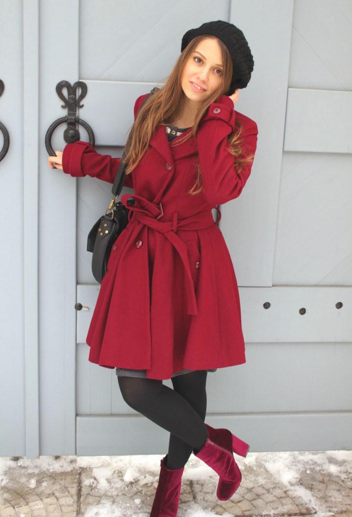 Красное пальто с ботильонами