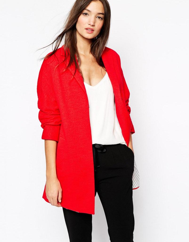 Красное пальто с белой кофтой