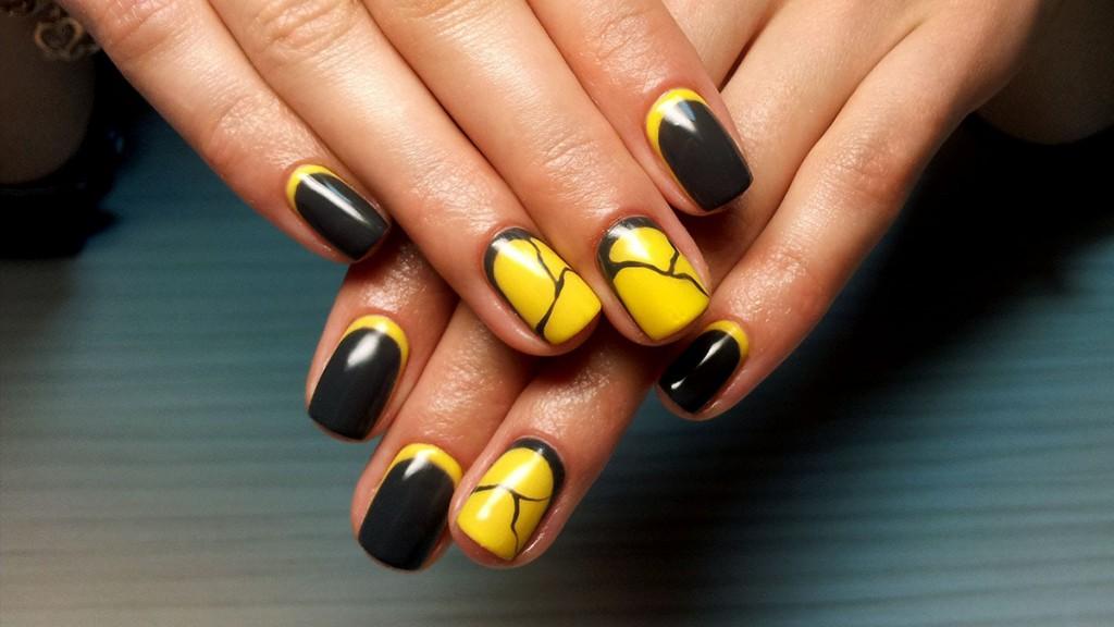 Черно-желтый маникюр гель-лаком