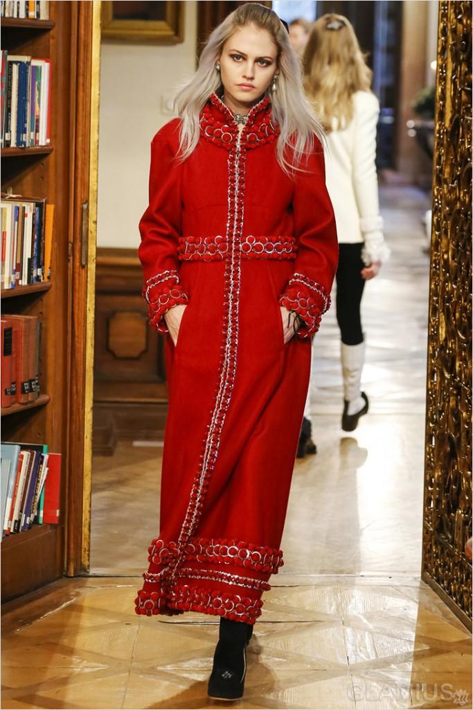 Длинное красное пальто